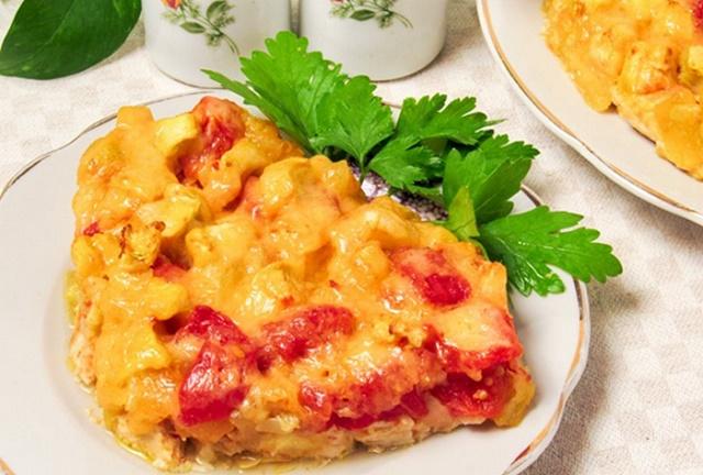Порция запеченной в духовке цветной капусты с помидорами и сыром