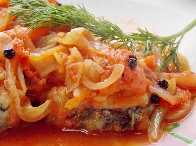 Треска, запеченная в духовке с маринадом из помидоров и лука