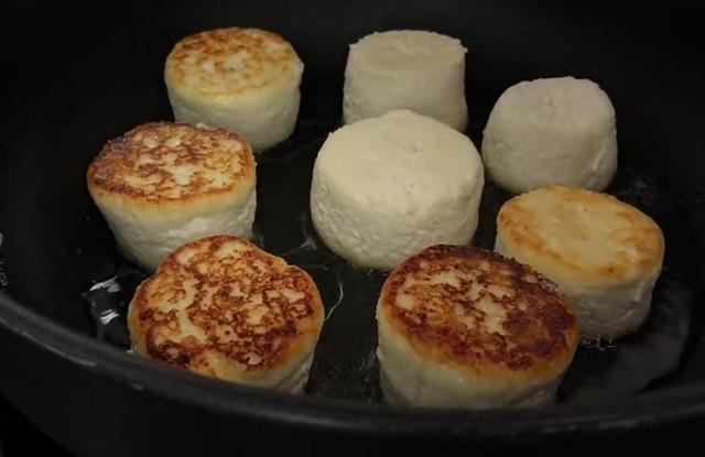 Жарим сырники на сковородке