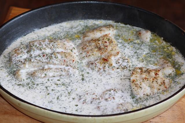Ставим в духовку филе трески под сливочным соусом