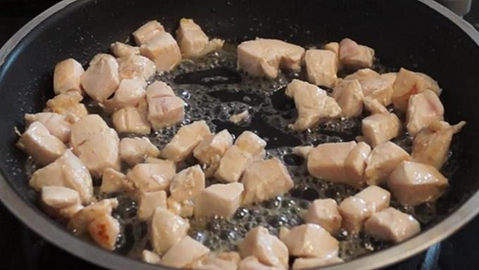 Обжариваем кусочки куриного мяса