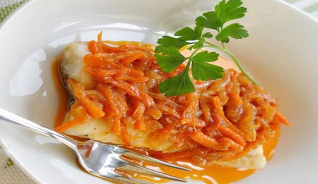Запеченная треска с морковью и луком