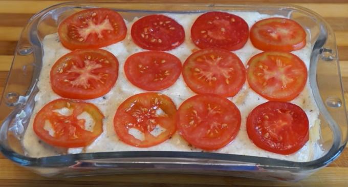 Выкладываем овощи в блюдо для запекания