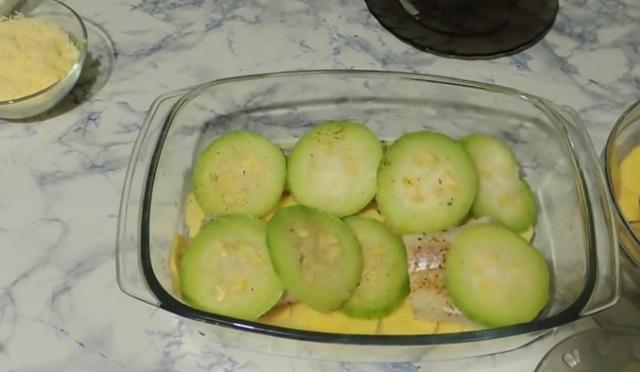 Укладываем картофель, рыбу, лук в форму