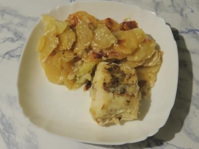 Готовое блюдо с треской и картофелем