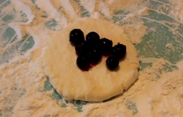 Лепим сырники с черникой