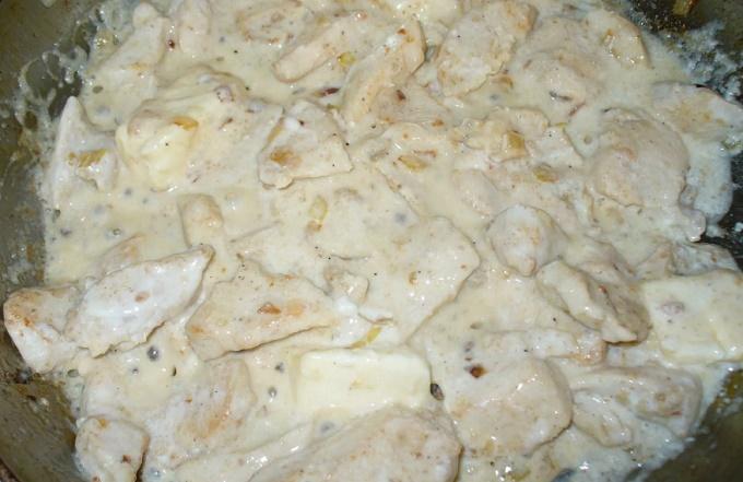 Готовое блюдо - запеченное куриное филе в сметане