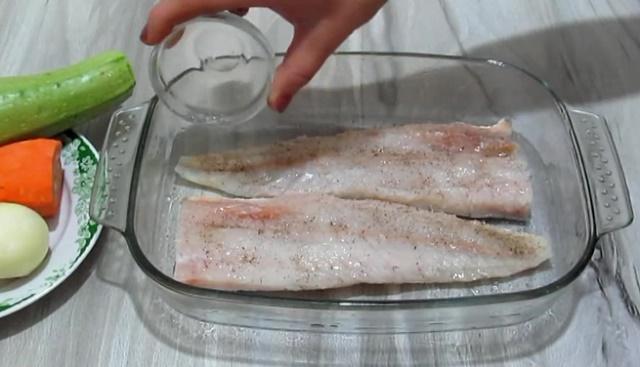 Рыбу солим, перчим, поливаем лимонным соком