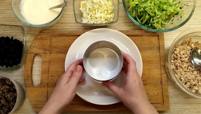 В такой форме будем собирать наш салатик
