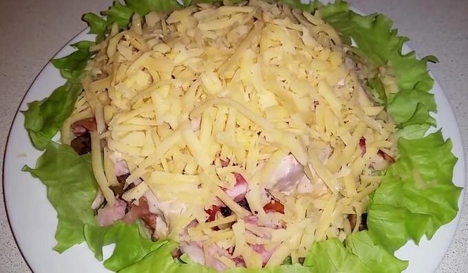 Салат из копченой курицы с грибами