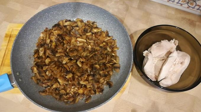 Куриная грудка, обжаренные грибы для салата