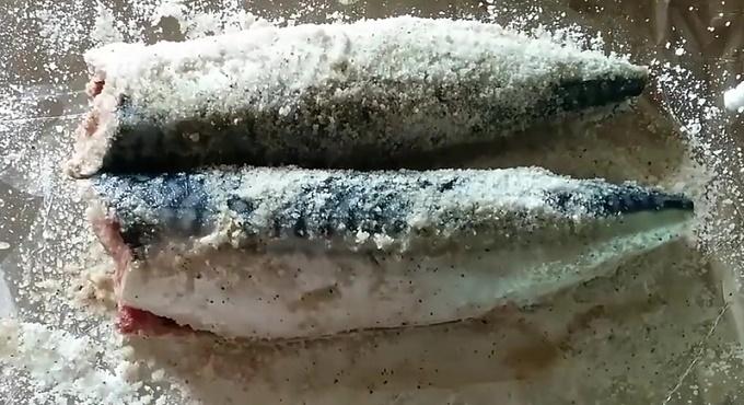 Обрабатываем солью рыбу