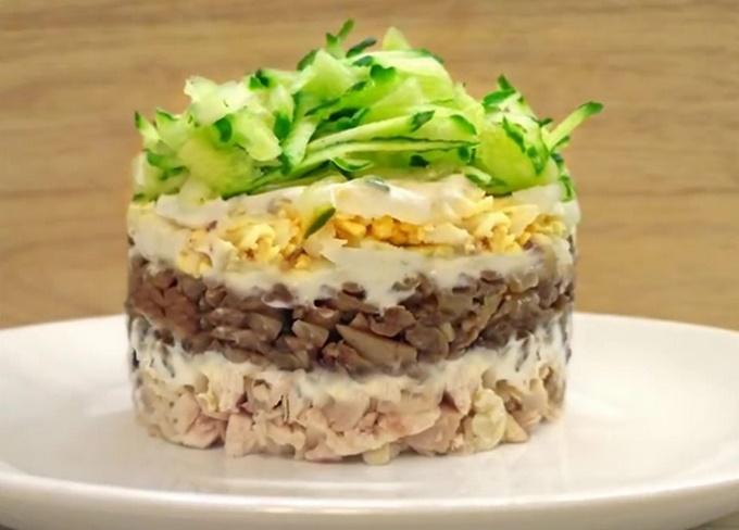 Праздничный салат с курицей и грибами