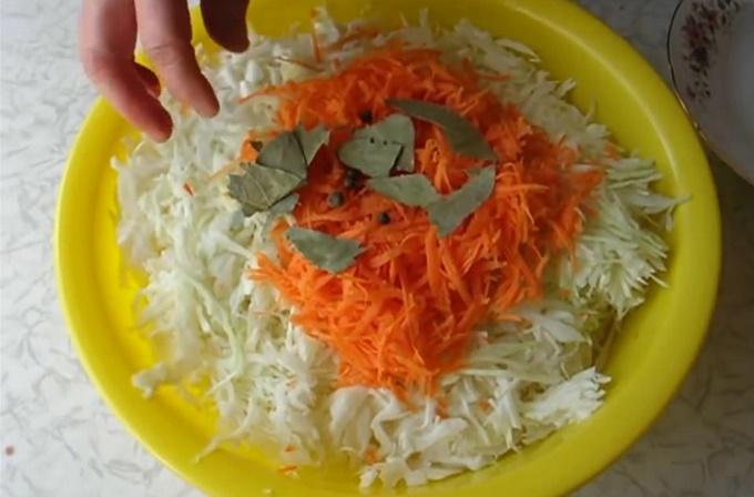 Смешиваем морковь, капусту, перец и лаврушку