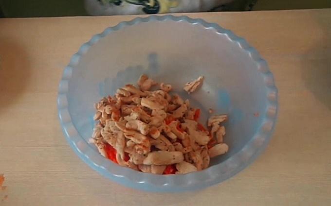В миску добавляем обжаренное мясо