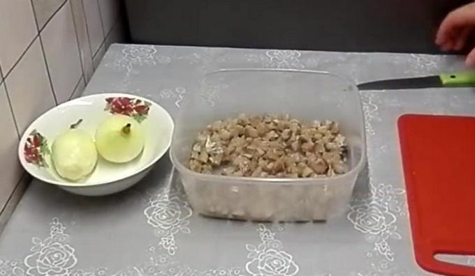 Первый слой - селедка с луком
