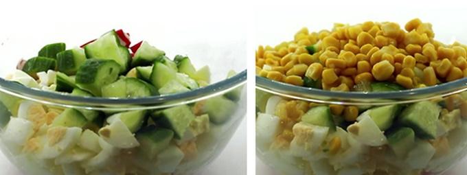 Добавляем в салатник кукурузу и огурцы