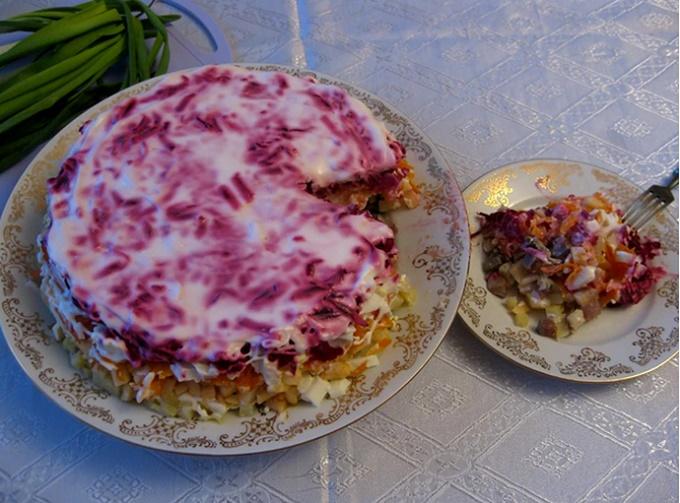 Готовое блюдо - шуба с яблоками и яйцом