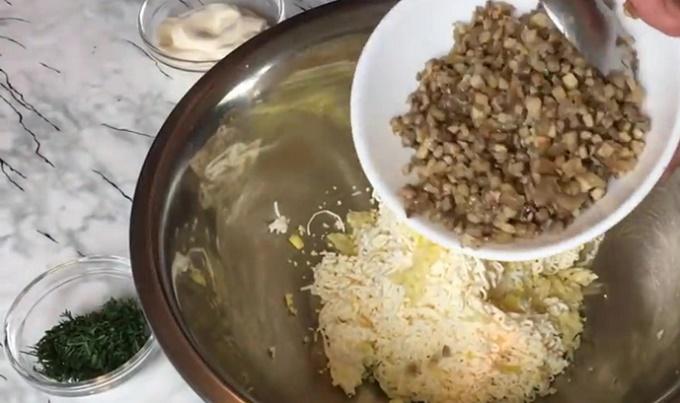 Грибы кладем в миску с сыром и яйцами