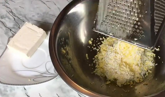 Натираем сыр и яйца для грибной начинки