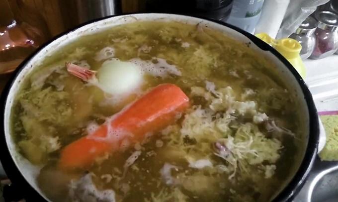 Добавляем в бульон морковь, лук, чеснок