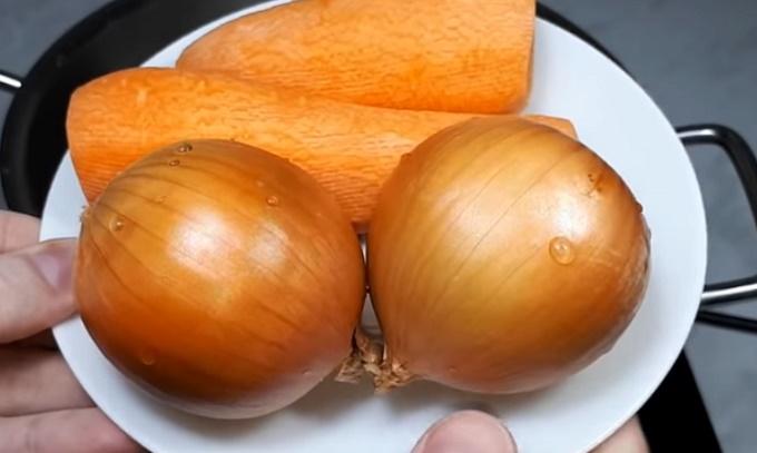 Две моркови и две луковицы к бульону