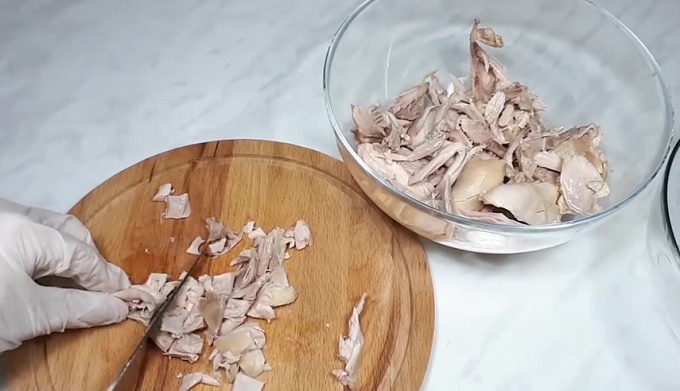 Мясо мелко нарезаем