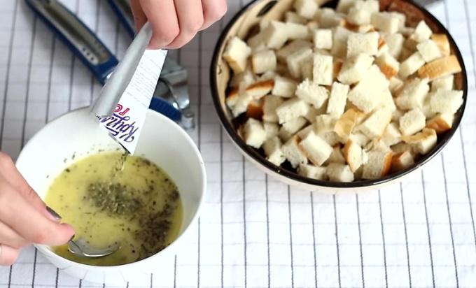 Нарезаем белый хлеб на кубики и готовим масляную смесь