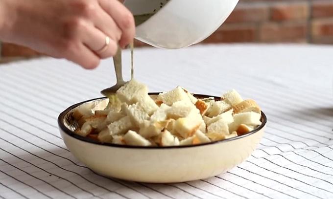 Поливаем кубики хлеба маслом