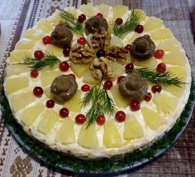 Салат с курицей, ананасами и шампиньонами