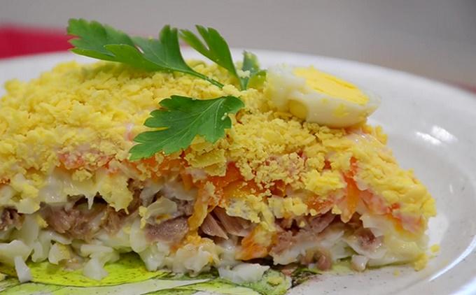 Порция салата мимозы с горбушей