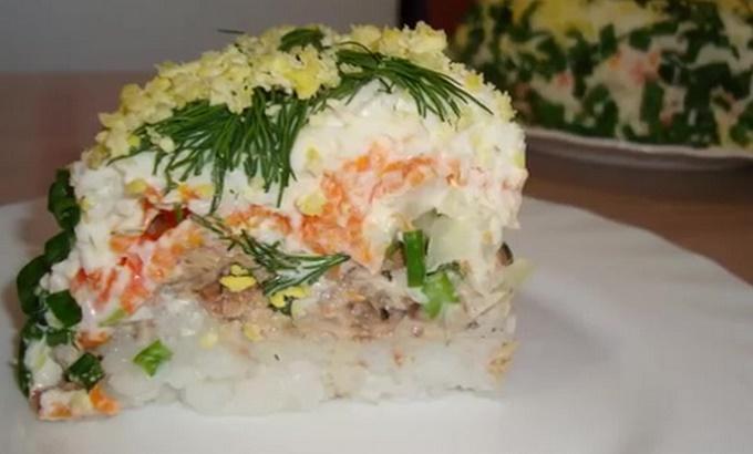 Порция салата мимоза с рисом