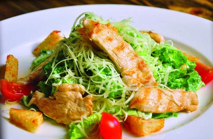 Обжаренная курица-гриль для салата Цезарь