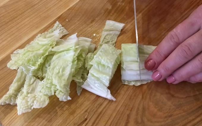 Нарезаем на кусочки пекинскую капусту