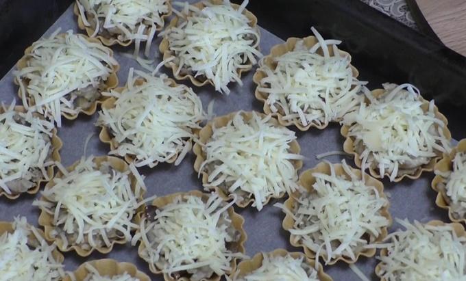 Посыпаем тарталетки сыром
