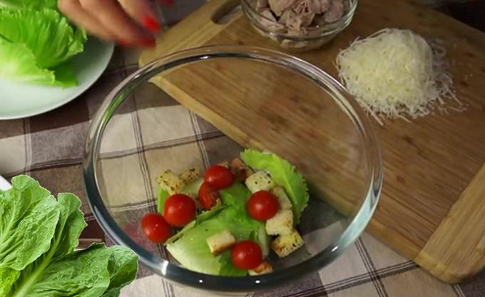 Кладем в салат помидорки