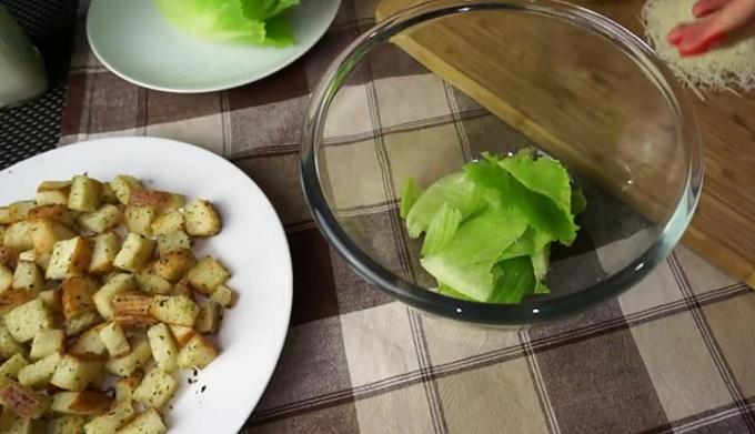 Начинаем собирать салат: кладем листики салата