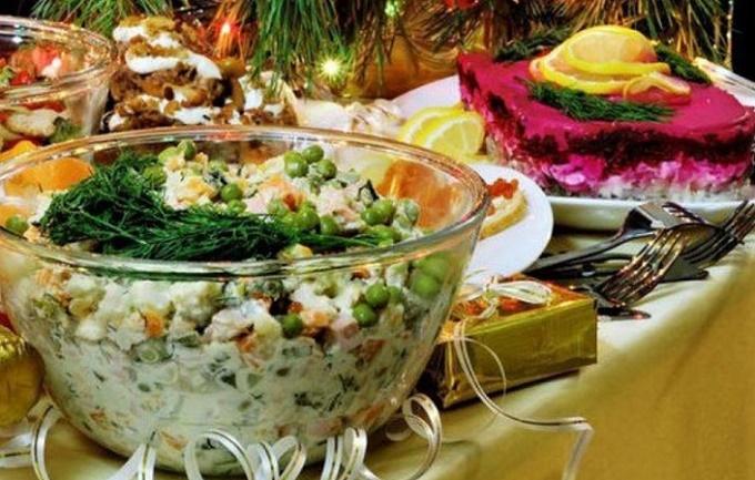 Салат Оливье с колбасой на Новогоднем столе