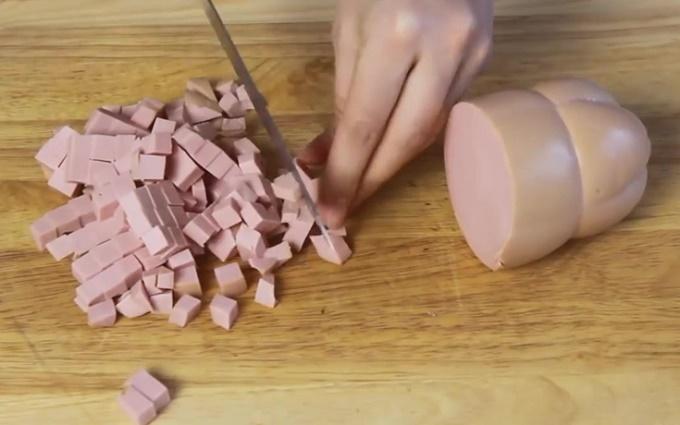 Нарезаем мелкими кубиками колбасу