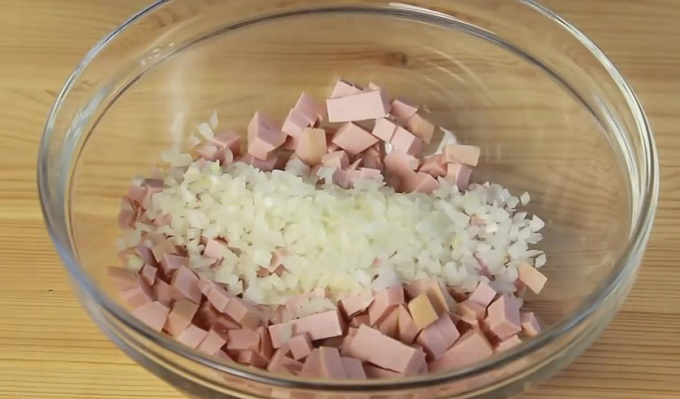 Колбасу и лук помещаем в миску