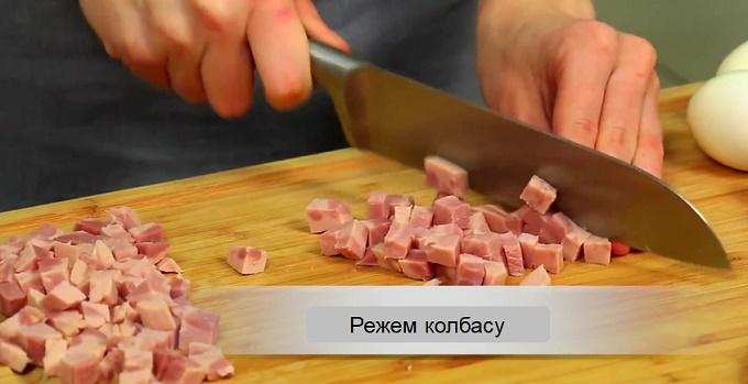 Кубиками нарезаем колбасу