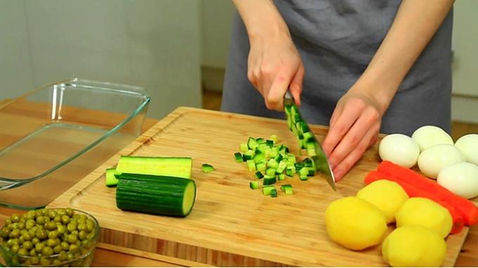Мелко нарезаем овощи и яйца