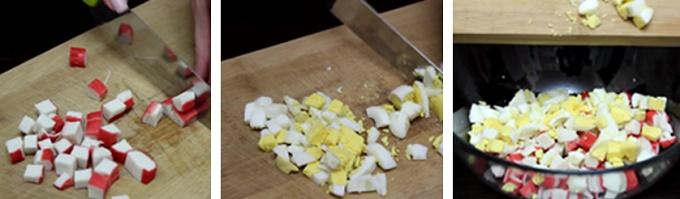 Крошим палочки, яйца, смешиваем