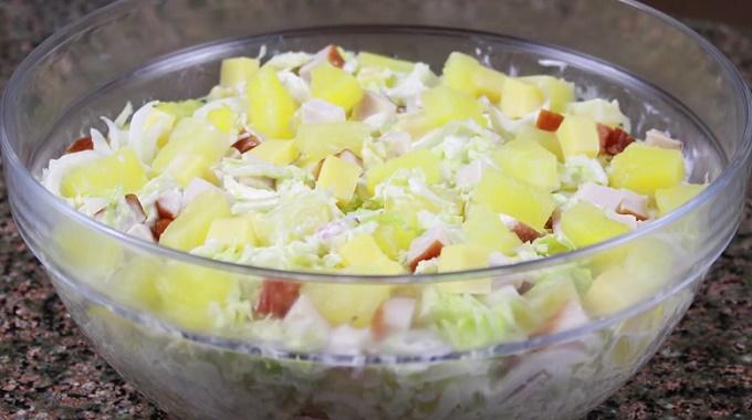 Салат с курицей и ананасом и пекинской капустой