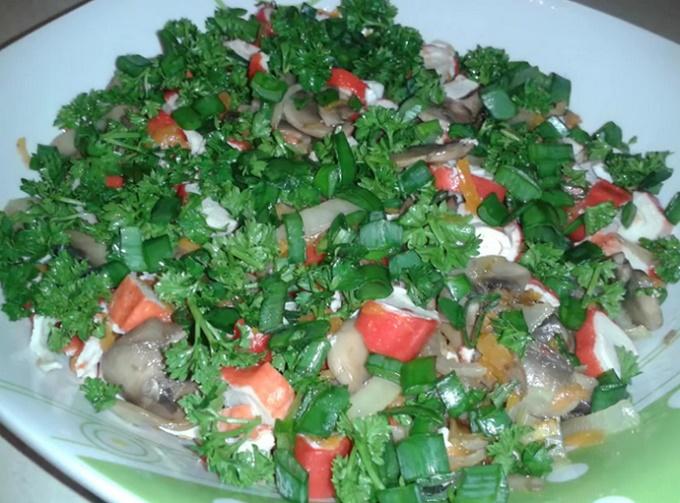 Салат с крабовыми палочками и шампиньонами
