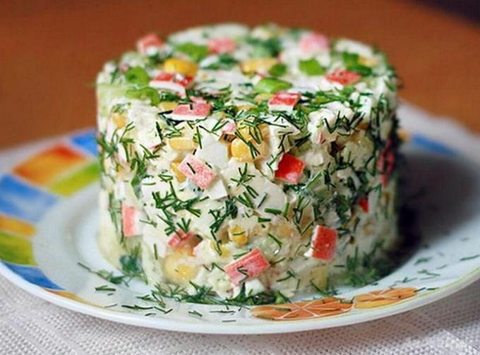 Салат с крабовыми палочками, яйцом, огурцом и кукурузой