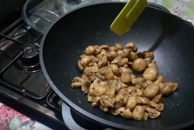 Обжариваем грибы и лук