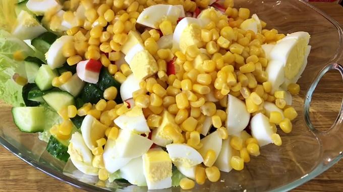 Кладем в салатник кукурузу