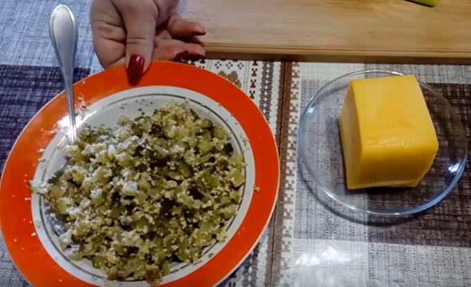 Смешиваем огурцы с орешками и нарезаем сыр