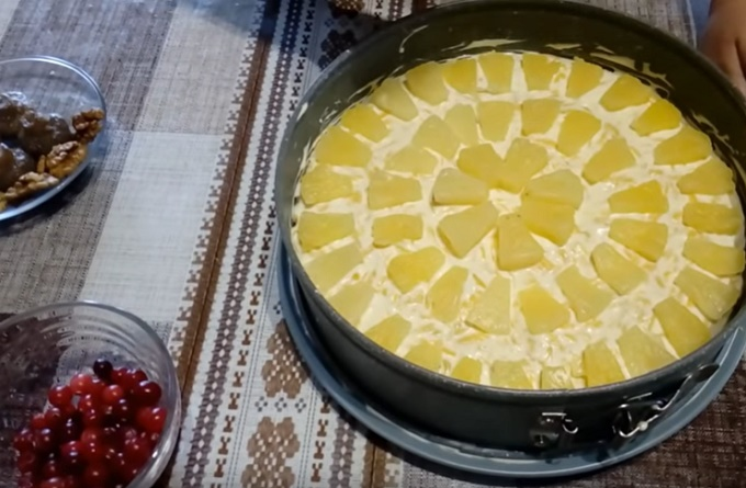 Украшаем ананасовый салат